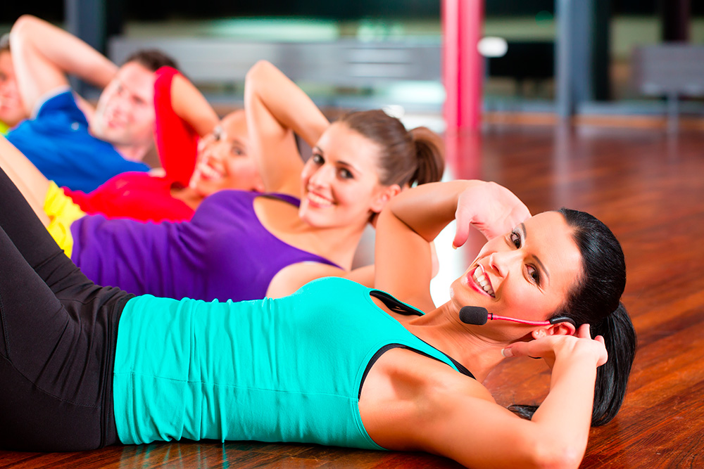 websize_Fitness-group-in-gym-doing-crunches-for-sport_imagio_28876481